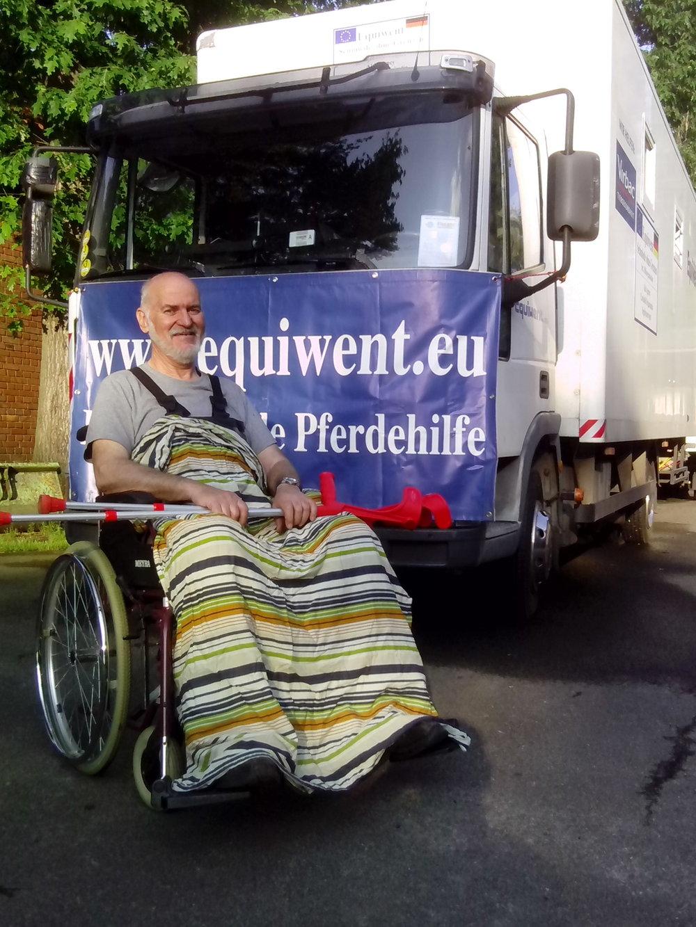 Was kann ein Rollstuhl für einen behinderten Menschen bedeuten? Equiwent bricht sich keinen Zacken aus der Krone wenn wir bettlägrige Menschen mit Pämpers versorgen, gehbehinderte mit Krücken, einem Rollator oder gar einem Rollstuhl ausstatten! Und wieder musste ich mich von angetrunkenen Muttis beschimpfen lassen weil ich einem Kleinkind mit einer Mittelohrentzündung ein Antibiotikum verschaffte.