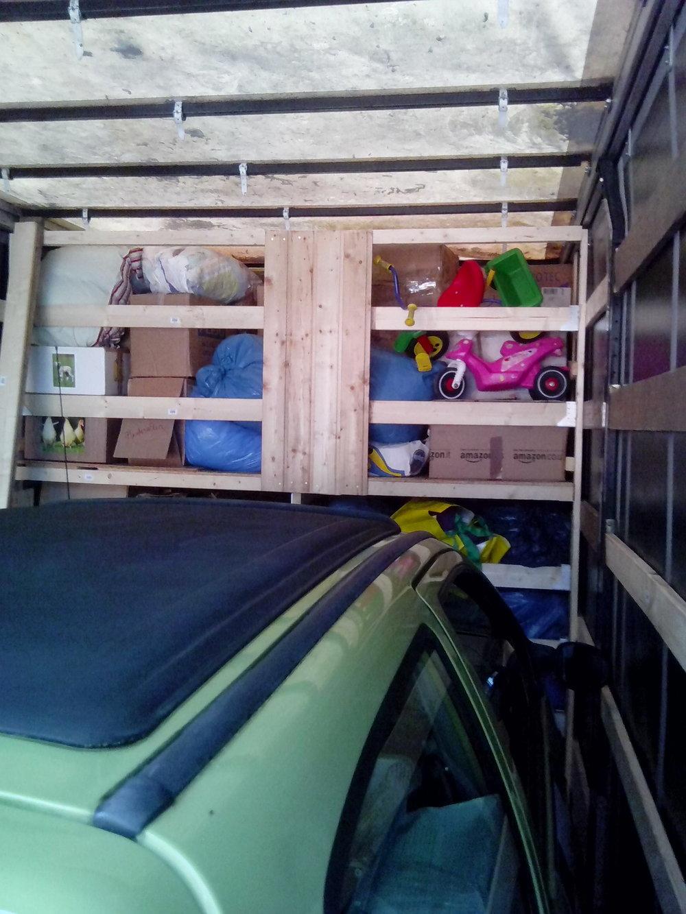 Ein Blick in unserem LKW-Anhänger. In dem Regal vorne befinden sich bereits schon 2200 kg Sachspenden für die Pferde und für die Kinder. Auch der verbleibende Platz wir noch völlig ausgefüllt werden.