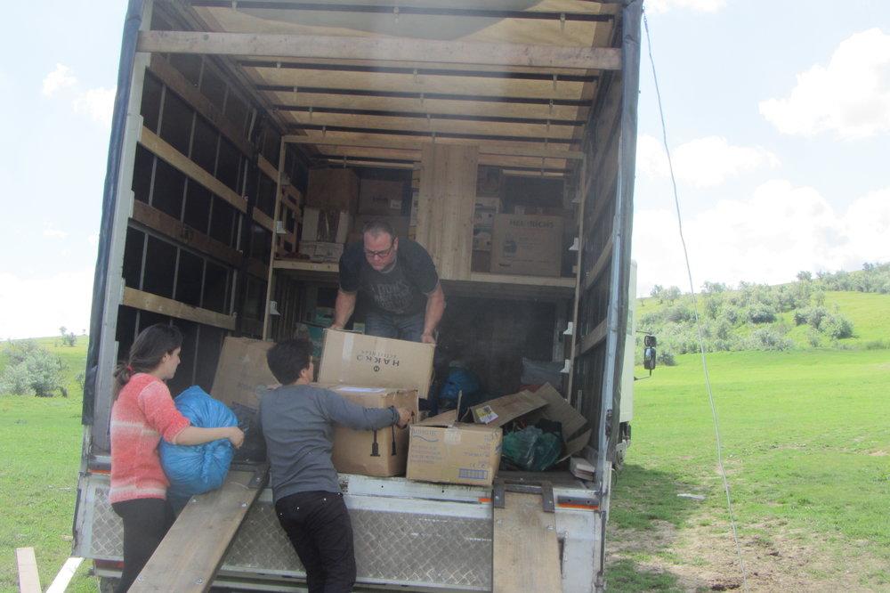 Über 5 Stunden haben wir mit 8 Helfern benötigt um die Lager zu füllen!