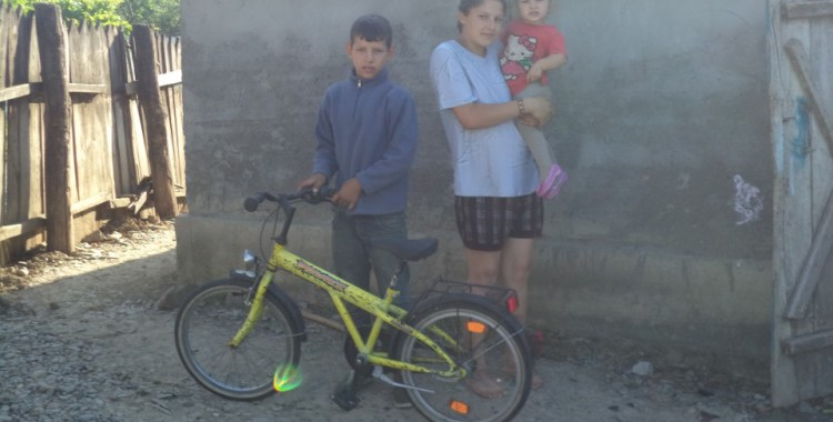 Dieses Fahrrad hatte ich im Juni 2014 mitgebracht. Das es diese Kinder bekommen würden wusste ich damals noch nicht. Es ist nun der größte Besitz der gesamten Familie!