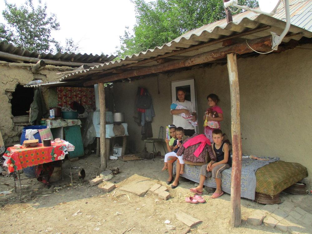 die rumänischen Bauer sind oftmals bettelarm,     sie erfüllen jede Auflage um weitere Hilfsleistungen     zu bekommen.     Lebensmittel, Medikamente und Kleidung gibt es nur wenn alle Kinder     zur Schule dürfen und auch tatsächlich gehen.