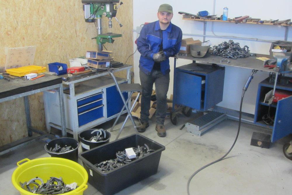 Jannis Raabe produziert jährlich abertausende Hufeisen für Rumänien. Teilweise in Deutschland, teilweise in Rumänien.     Eine monotone und nervige Arbeit welche sicherlich keinen Spass macht. Er setzt sich    in seiner Freizeit sehr für das Hilfsprojekt ein. Danke mein Sohn!