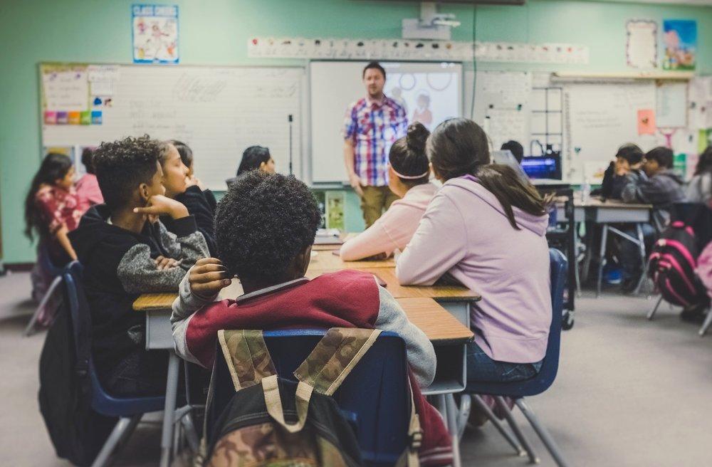 Gestão Participativa - No modelo Lumiar, as práticas pedagógicas, as relações sociais e a organização do cotidiano escolar são geridas de forma participativa, envolvendo os agentes do dia a dia: estudantes, equipe pedagógica e administrativa. Todos participam dos planos de crescimento e enriquecimento da experiência dentro da escola. Projetamos no ambiente escolar o funcionamento esperado de uma sociedade participativa e democrática, a fim de orientar a participação ativa dos estudantes na sociedade.