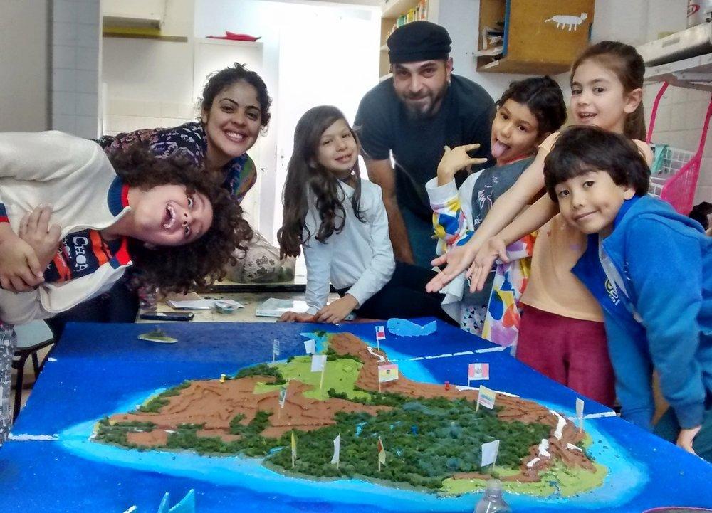 - Mega Maquete da América do SulO objetivo do projeto foi familiarizar os estudantes com os principais métodos de construção de modelos físicos, e para isso foram reforçados os conhecimentos de geografia, junto com a confecção de uma maquete através do estudo e aplicação de metodologias para a produção espacial.