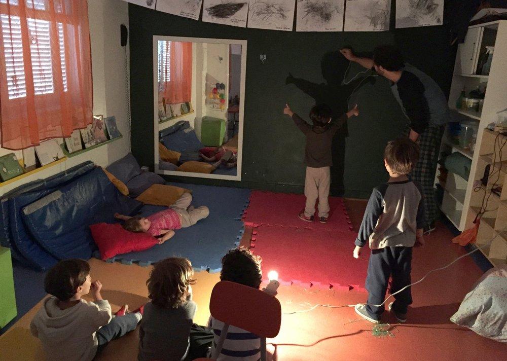- Luz e SombraO projeto investigou e explorou através de diferentes linguagens, aspectos relacionados ao uso de luzes e sombras. Investigou fenômenos naturais, como dia e noite, cedo e tarde, claro e escuro, além de entender como as luzes e sombras se comportam e como podemos manipular estes recursos.