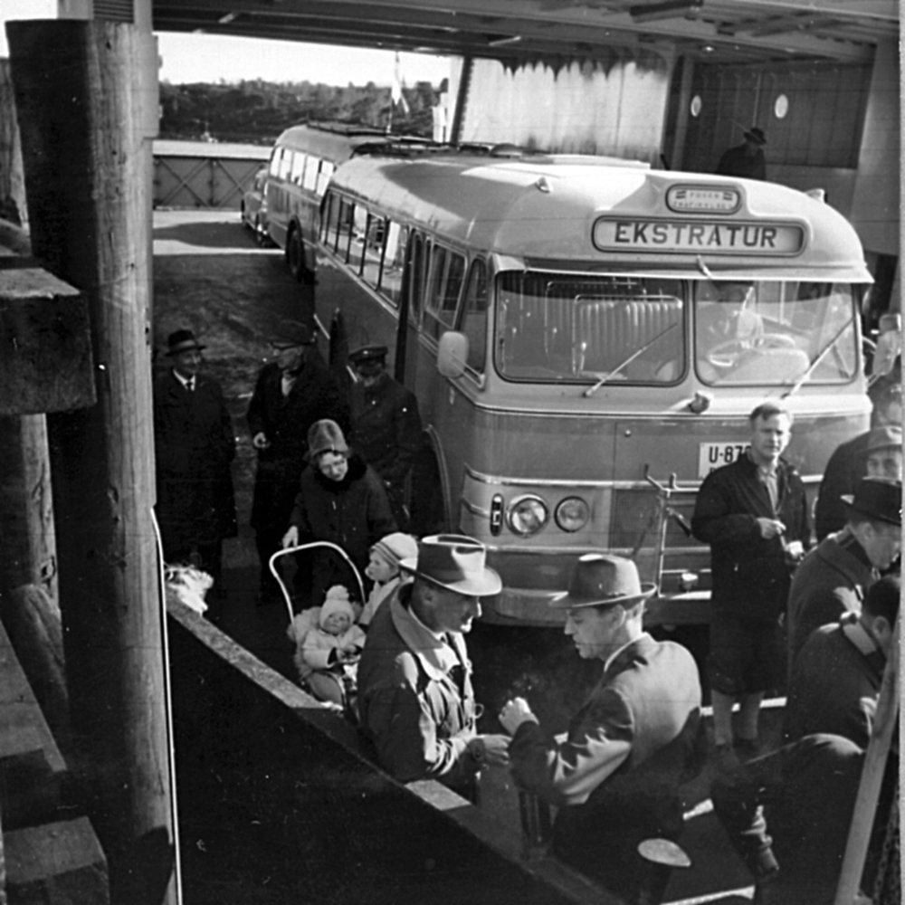 """Dette er fra den aller første ferjeturen med M/F """"Hitraferja"""" som var helt ny da sambandet Sandstad - Storoddan (Hemne) ble åpnet i mars 1964. Den som kjøpte billett nr 001 var Lars Aalmo."""