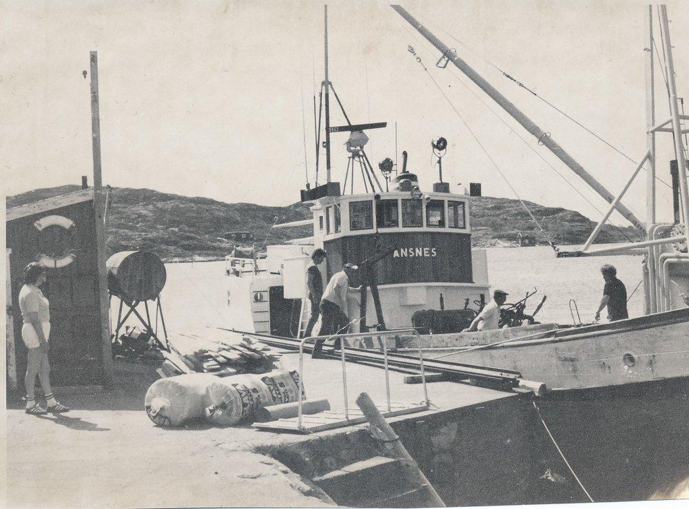 """""""Ansnes"""" ved kaia på Gjøssøya i Kvenværet."""