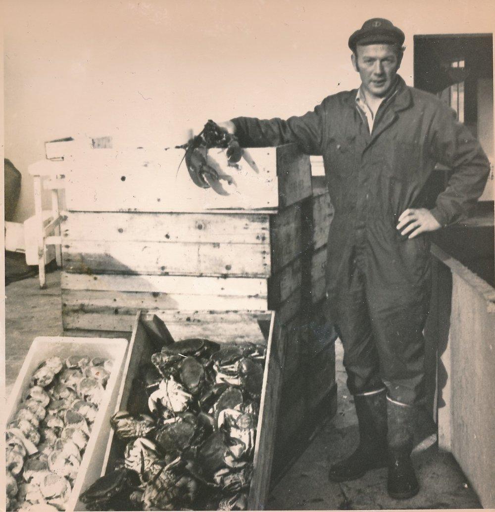Karl Fjeldvær var en allsidig kar, skipperen som drev fraktefart i Midt-Norge. Han var lakseoppdretter og han arbeidet med krabbe. Her fra HitraMat sitt anlegg.