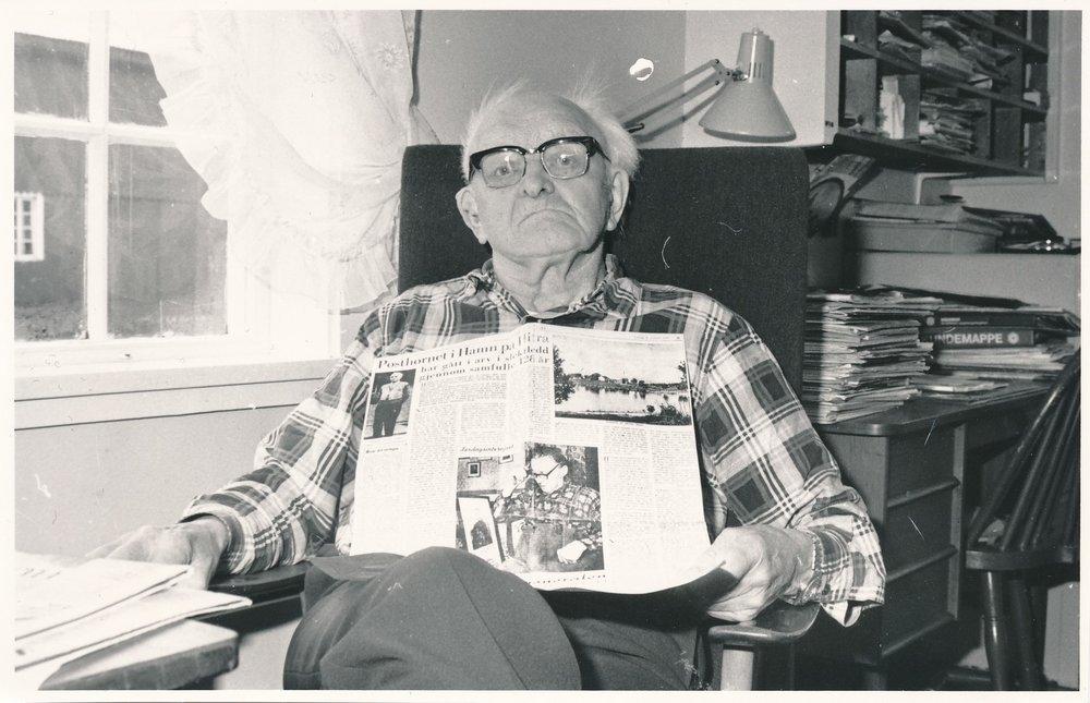 Ørnulf Strøm var den siste poståpneren ved Inn-Hitra poståpneri i Hamna, Hitras aller første. Det var Ørnulfs oldefar som var den første poståpneren på Hamn da poståpneriet ble opprettet i 1835, og det var i slekta helt fram til nedleggelsen i 1968.(Foto: Hitra-Frøya lokalavis, 1987)