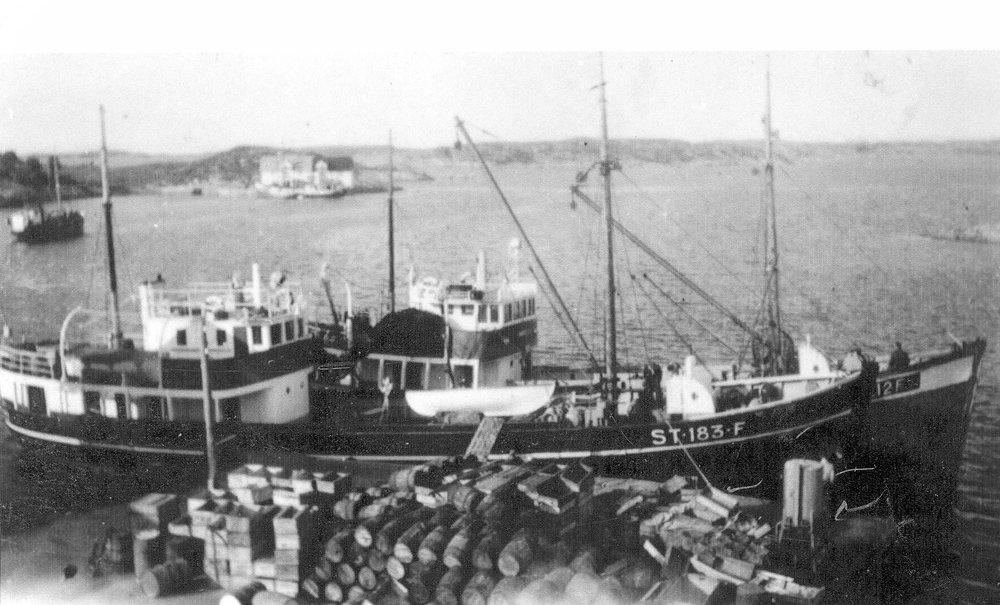 «Rusken» og «Ingrid G» ved kaia på Ansnes 1949. Grøntvedtbrygga i bakgrunnen. To av fiskebåtene til Grøntvedt-rederiet på Ansnes. «Rusken» nærmest kaia, ble kjøpt i 1941 fra Bergen. Båten ble bygd i 1937 og var hele 101 fot lang.