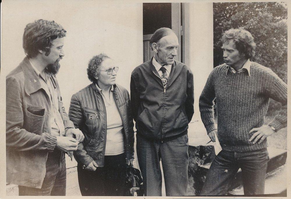 Hitra ble satt ettertrykkelig på norgeskartet i 1975 da Hitra-aksjonen raste. Hergunn og Sverre Hansen fra Tranvikan (i midten) sto sentralt i begivenhetene. Her er det utenbygds presse og studenter som får informasjoner. (Foto: HF-arkivet)