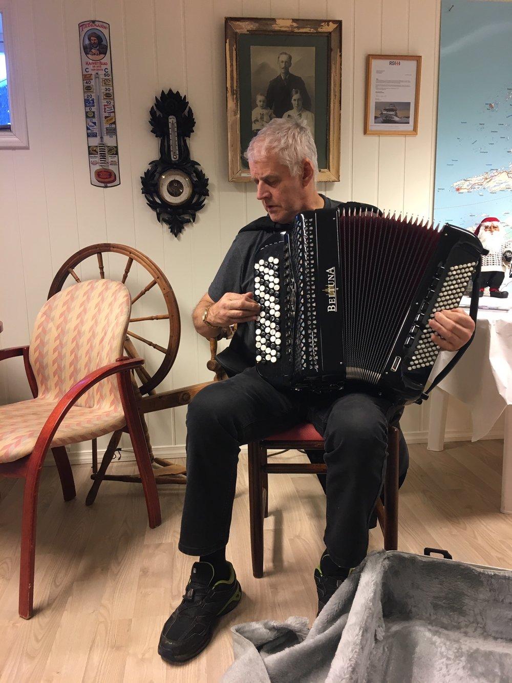 Arne Steinar Andersen har tatt vare på mange lokale slåtter og spiller dem gjerne på trekkspillet sitt.