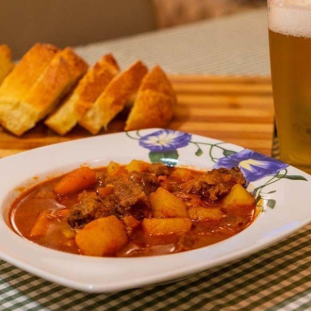 The Goulash. The bread. The beer. Buono. #eatwith #eatwithitaly #mangiareinpuglia #pugliafood #pugliadavedere #simplefood #lecce #goulash #weareinpuglia #paprika #salentogustolecce