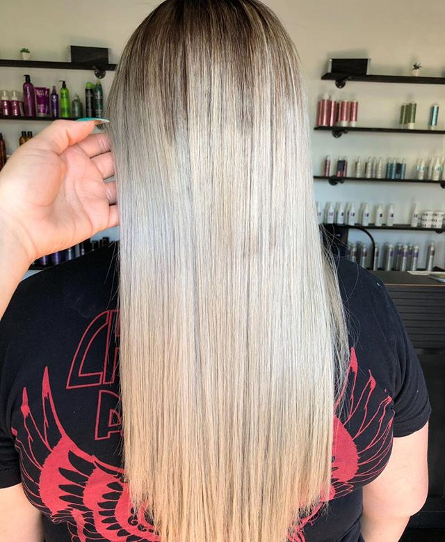 Talk about retouch ❕❕❕🙋🏼♀️ ________________________________ __________________________ Stylist @colorbylilly  #iceblondehair #longhair #fridayhair
