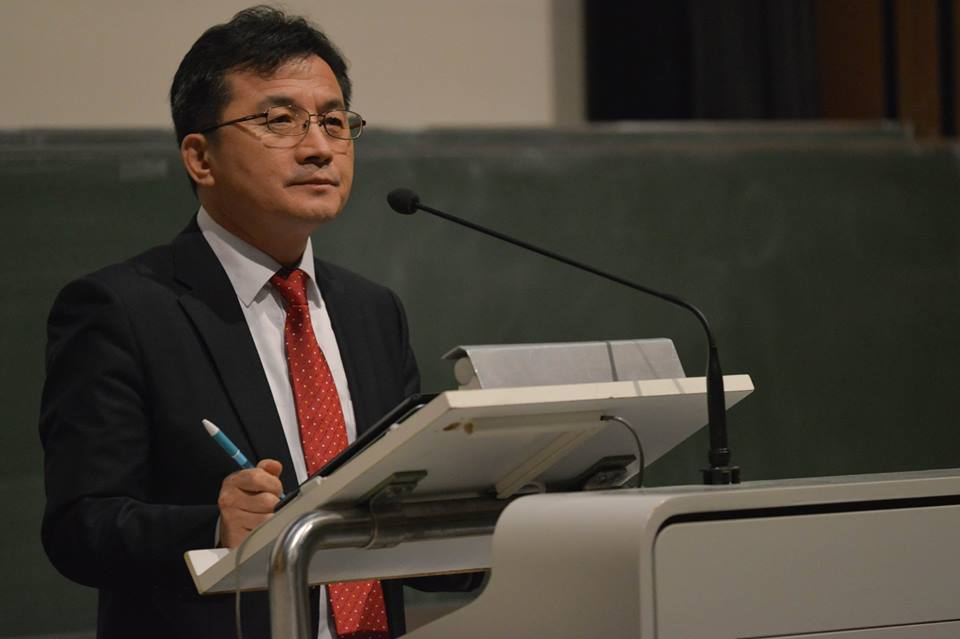 Der Nordkoreanische Flüchtling Hyeong Sol Kim spricht an der Universität Trier