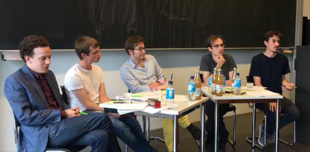 Tobias Wolfram und Michael Schilling von der Berliner Hochschulgruppe (rechts)in der Debatte mit den Theologen Lukas Ihrendt und Ruben Burkhardt (links), in der Mitte: Moderator Dr. Christoph Schamberger, Experte zum Thema 'tiefe Meinungsverschiedenheiten'.