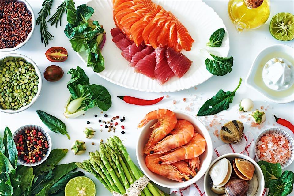 leckeres Obst auf dem Teller, gesunder Fisch dazu.jpg