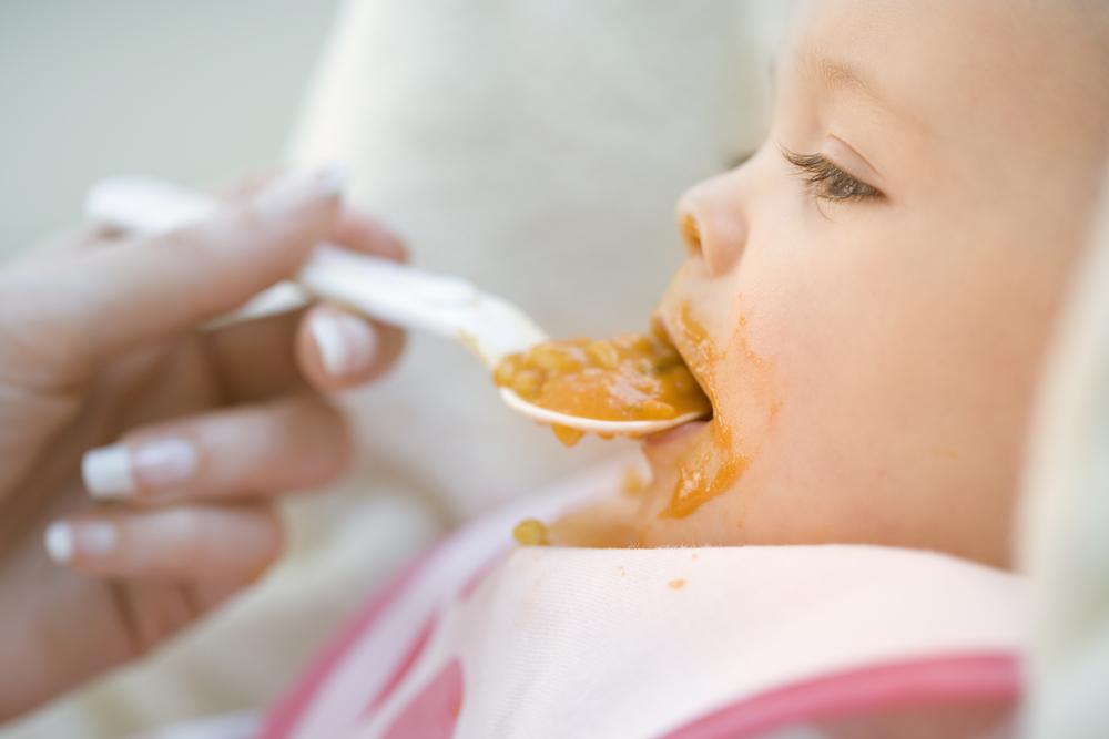Tückische Süsse in Babynahrung - Baby wird gefuettert