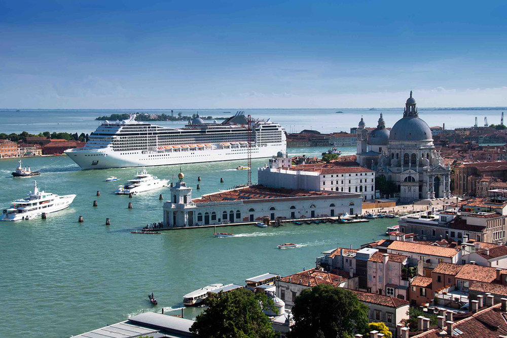 cruise ship in venice_sm.jpg