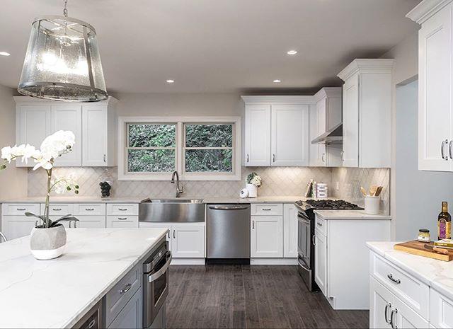 These quartz counters look clean enough to eat off of! #kitchendesign #quartz #quartzcountertops #custom #customcabinets #remodel #renovation #kitchen #interiordesign #dreamkitchen