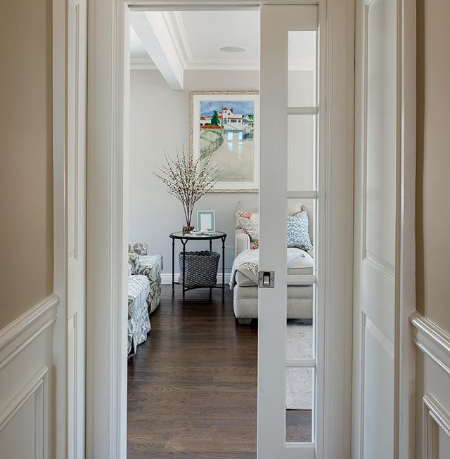 When one door closes, another one opens! In this case it happens to open into this stunning den designed by @acharmedlifehome ❤️🏡 #pocketdoor #onedoorclosesanotheroneopens #summerdesign #beach #beachview #homedecor