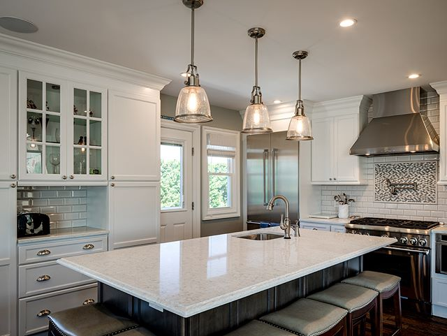 Don't be eye candy, be soul food. #kitchen #kitchendesign #kitchenmakeover #whitecabinets #quartz #designer #designerkitchens #kitchenpendants