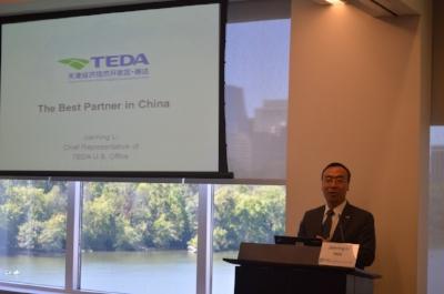 TEDA驻芝加哥代表李建宁先生详细介绍TEDA (摄影:Tiange Cui)