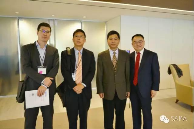 中国驻美大使馆领导(左起:领事易鹏远,科技参赞李昕,副总领事李民)与SAPA总会戴卫国会长合影