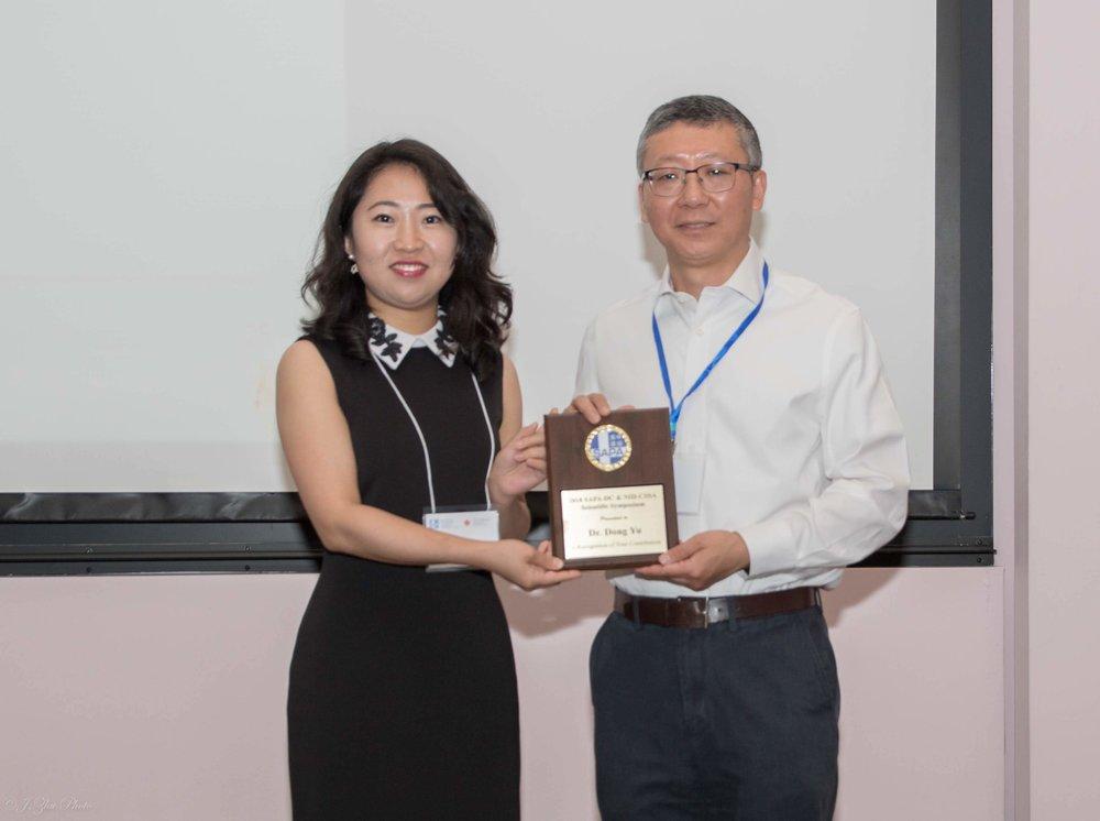 Dong Yu博士(右)
