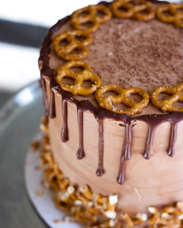 Our chocolate pretzel cake is filled with a fluffy chocolate sponge and scrumptious pretzels and topped with a beautiful chocolate butter cream with chocolate ganache. Gf, vegan, nut free, soy free. 🍰