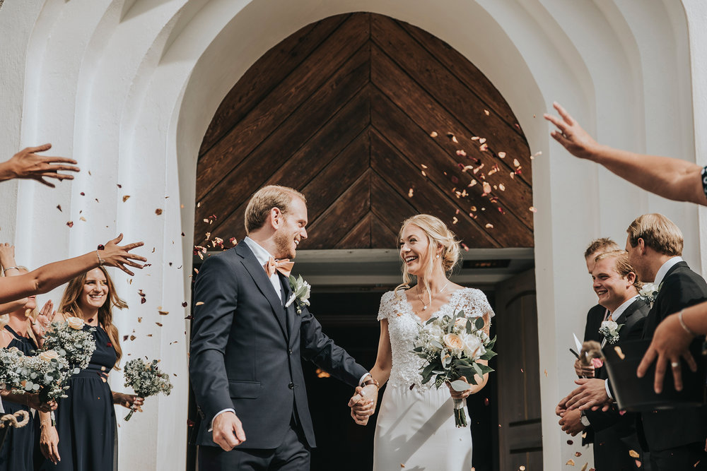 Bröllop i Danderyds Kyrka under sommaren