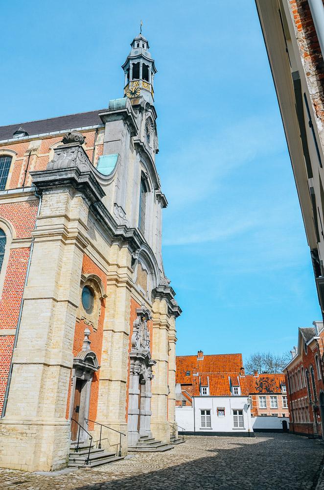 Op ons daguitstapje naar Lier wandelden we ook door het Begijnhof. Het Begijnhof dateert van de 13e eeuw! Centraal vindt je de Sint-Margaritakerk. Wat mooi! Zoveel mooie gezellige huisjes, verschillende types door elkaar. Hier en daar stond een fiets tegen de gevel met een bloemenmandje, of een zitbankje. Eén van de toegangspoorten had een mooie blauwe kleur, hier maakten we een paar leuke portretjes van ons allemaal.  PS Heb je de foto's van Lier centrum al gezien? Zeker doen! => https://www.lifebyan.com/blog/lier    Beguinage Lier  On our day trip to Lier we also walked through 'the Begijnhof'. The Beguinage dates back to the 13th century! You will find the St. Margarita church centrally. How beautiful! So many nice cozy houses, different types together. One of the entrance gates had a nice blue color, here we made some nice portraits of us.  PS Have you already seen the photos of Lier Center? Check them out => https://www.lifebyan.com/blog/lier