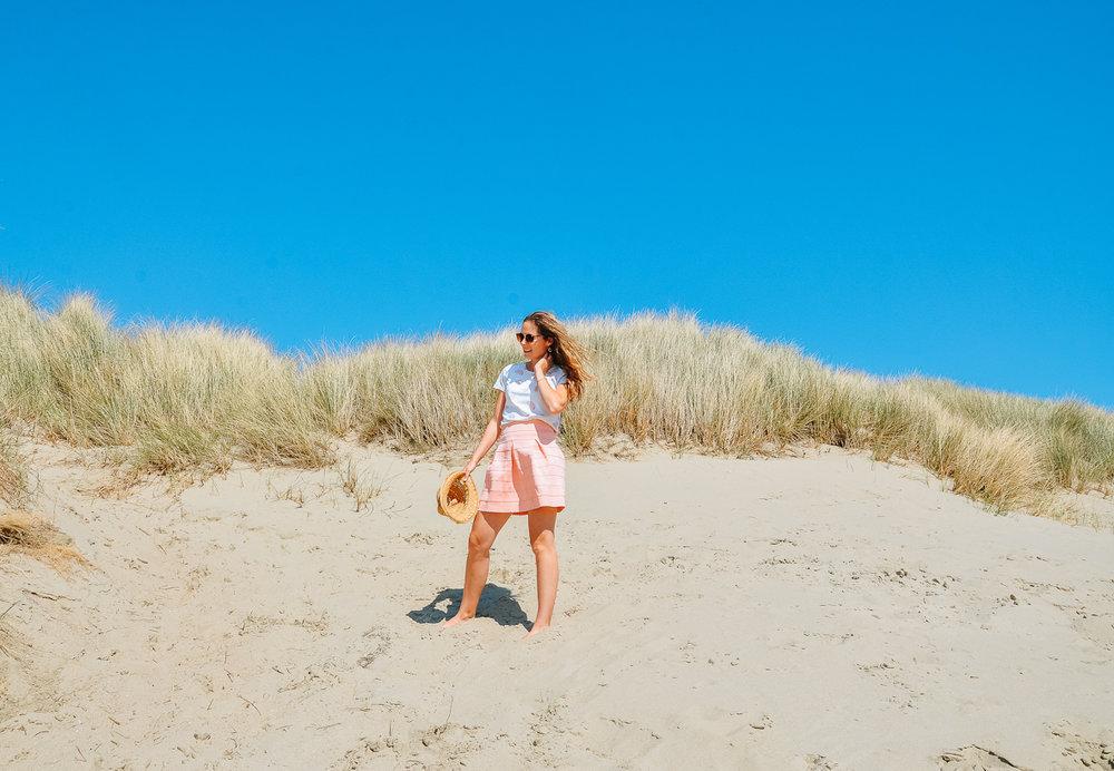 Wat hebben we genoten van het prachtige zomerse weer afgelopen weekend. We waren nét dan een weekendje aan zee. I-de-aal. We maakten strandwandelingen, bezochten kuststadjes in de voormiddag en nademiddag gingen we op het strand spelen. Het was heerlijk om samen te zijn en samen te genieten van zon, zee, strand en elkaar. Deze fotoreeks was van de eerste namiddag. Hier gingen we in de duinen spelen. De kindjes vonden het geweldig om helemaal naar boven te kruipen en dan naar beneden te schuiven of te rollen! Wat een plezier!