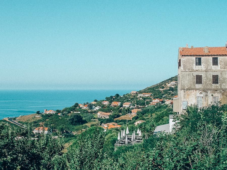 Cargèse Via onze huurauto reden we langs kronkelende wegjes richting het griekse stadje'Cargèse'. Cargèse, bijgenaamd de Griekse stad, ligt op de kaap die in het noorden de Golf van Sagone afsluit en straalt geluk en rust uit. Wat een prachtig zicht: het heldere water van de baai met hemelsblauwe en smaragdgroene weerspiegelingen. Ik hoor je al denken: een grieks dorpje, in Corsica?