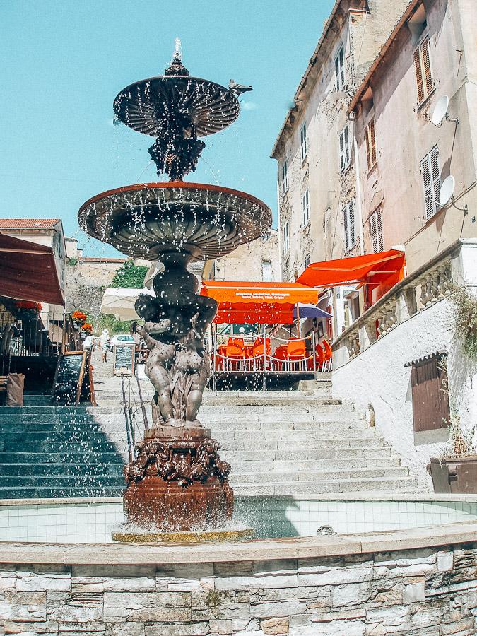 Corte Corte was tussen 1755 en 1769 hoofdstad van de Corsicaanse natie en speelde een belangrijke rol in de geschiedenis. In de harten van de Corsicanen is het nog steeds de hoofdstad. De inwoners komen graag naar de oude stad met de steile steegjes.