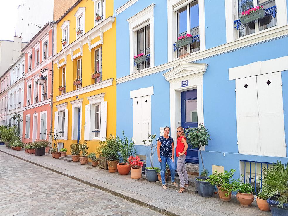 Rue Crémieux Paris is een klein, kleurrijk, autovrij straatje in het 12de arrondissement in Parijs. Voor de pastelkleurige huisjes staan talrijke terracotta bloempotten met weelderige groene planten.  Toen we in Parijs waren, wou ik heel graag het 'instafamous' straatje Rue Crémieux eens zien. Tot dan toe had ik het kleurrijke straatje enkel nog maar op foto's zien passeren. We waren met onze eigen auto in Parijs, en het ligt slechts op 15 à 20 minuten rijden van het centrum. Waarom dan niet even passeren?  Ik moet toegeven, het ís héél erg klein, maar ik vond het toch heel erg mooi met al de kleurrijke huisjes. De typische bouwstijl van Parijs centrum zie je hier niet meer terug. Je waant je wel eerder in London, regio Nothing Hill, dan in Parijs. Toch, Rue Crémieux heeft zeker zijn charmes. Kijk maar mee! Het pastelroze huis was uiteraard mijn favoriet ;-)  Toch heb ik ook medelijden met de bewoners van deze straat. Van rust is er geen sprake meer. We waren er nog relatief vroeg in de ochtend en toch liepen er al een paar toeristen rond om foto's te nemen. Zo heb ik een foto van de jongeman die zijn krant zit te lezen in de deurstijl van zijn groene huis. Hoeveel duizenden keren zouden deze mensen al op de foto staan bij toeristen? ;-)