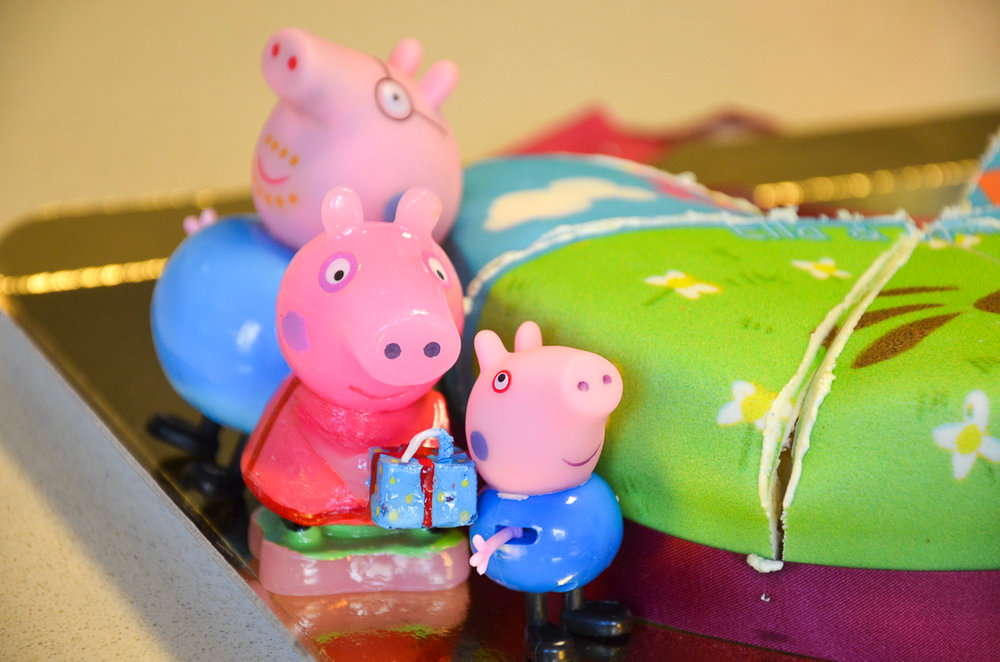 Er zat een kaarsje bij de taart in de vorm van Peppa Pig. We hadden thuis al papa Pig en George liggen. Ella heeft ze maar meteen bij kaarsje Peppa gezet naast de taart zodat de figuurtjes konden meevieren ;-)