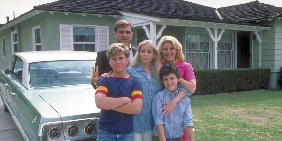 In front of their house, the Arnold family: Jack (back, portrayed by  Dan Lauria ), Wayne (middle left, Jason Hervey ), Karen (middle center, Olivia d'Abo ), Norma (middle right, Alley Mills ), and Kevin (front, Fred Savage ). © New World Television