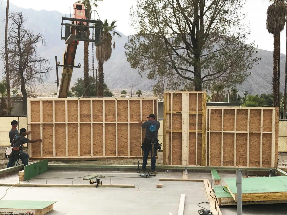 turkel_design_modern_prefab_home_axiomdeserthouse_assembly_begins.jpg