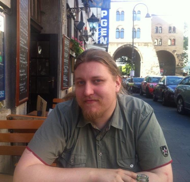 Adam Snygg, Studentpartiet - 1. Vad tycker ni i partiet om avtalet? Är ni nöjda, besvikna?– Som ett lokalt kårparti är vi mycket medvetna om att detta rör frågor som inte går att påverka via ett kårval - snarare, som vi har sett, via engagemang i riksdagsvalet. Vi fokuserar på de frågor som vi faktiskt kan påverka och göra bättre för studenter vid Stockholms universitet, snarare än att som parti ha alltför starka åsikter om vad regeringen gör. Vi fokuserar på att ha åsikter när det gäller saker som specifikt påverkar kåren eller studenter.2. Kommer regeringssamarbetet påverka kårpolitiken? Kommer vi i framtiden få se några nya samarbeten på kårnivå?– I det stora hela misstänker vi att kårpolitken på SU inte kommer påverkas enormt. Vissa frågor står kvar - kommer Allians för Kåren påverkas av att alliansen splittras exempelvis? Nationellt kommer det nog främst påverka det arbete som Sveriges förenade studentkårer (SFS) och Stockholms studentkårers centralorganisations (SSCO) gör för att påverka politiken positivt för studenter. Hur det spelar ut sig går inte att säga i dagsläget dock.– Vad gäller nya och gamla samarbeten i kårfullmäktige samt kårstyrelsen är det talande att kåren fungerar mycket smidigare än riksdagen ur perspektivet att vi inte har samma regeringskäbbel, mycket på grund av att Studentpartiet finns i kåren. Vi är en brygga mellan partier, skapar samförståndslösningar och ser till att vi har en studentkår för alla, inte bara de som röstat för en viss ideologisk inriktning. I riksdagen kan det finnas ett värde att de flesta beslut har en ideologisk färg, men den massiva majoriteten beslut i studentkåren är politiskt ofärgade och bygger på vad som är bäst för studenterna i längden.3. Vad för konkreta konsekvenser kommer avtalet få för studenter?– Vi är som sagt ett lokalt kårparti och fokuserar på kårens arbete och studenters behov, men det går ibland tydligt att se att studenter kommer i kläm vilket vi såklart alltid kommer vara kritiska till. Likaså u