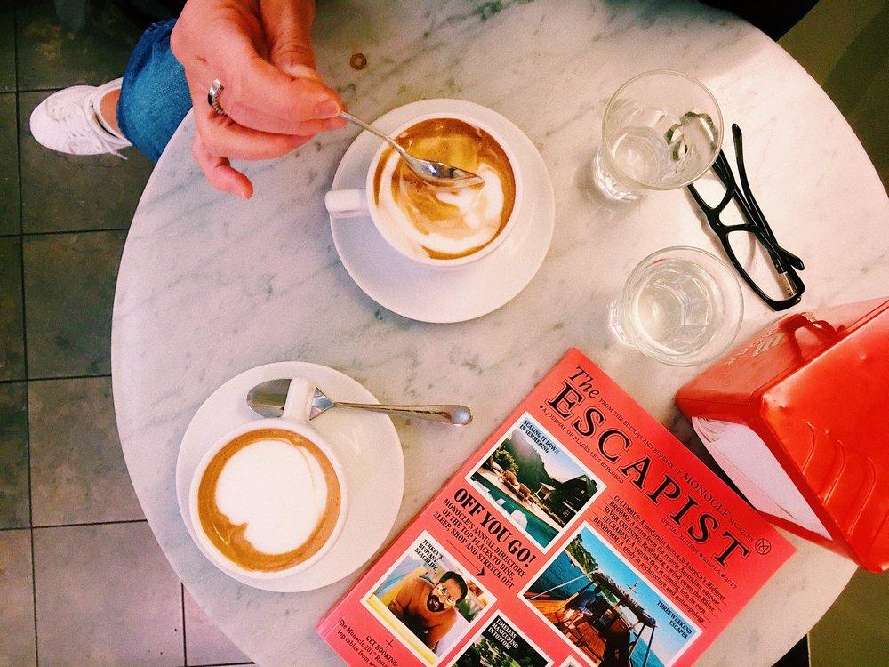 Sempre Espresso Bar, Jakobsbergsgatan 5 - Mån-Tors: 07:30-18Fre: 07:30-20Lör: 10-17Sön: 11-17Inget bryggkaffe, endast espressomaskin, kostar runt 24-40 kr beroende på dryck.Från Universitetets tunnelbanestation till Italien på sju minuter, eller ja, så billigt och nära man kan komma på Östermalm och en studentbudget.Italiensk popmusik ur högtalarna. Personalen sjunger med, svarar på italienska när du beställer och ropar högt ciao och arrivederci när någon går in eller ut.Kom hit för en snabb stärkande espressotår och skynda vidare. Eller bli stammis. Ibland smyger en barista fram en chokladbit om du vågar stanna snudd på för länge.