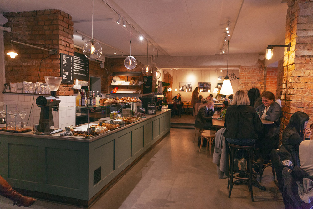 Cafe Pascal, Norrtullsgatan 4 - Mån-tors: 07-19Fre: 07-18Lör-sön: 09-18Bryggkaffe: 35 krKlassiker för både nyförälskade café-fantaster och de inbitna och rutinerade. Vinnare av DN:s Gulddrake för bästa café 2017.Allt man önskar av ett café! En lite rustik miljö med trendig inredning och känsla för STIL.Otroliga koppar. När jag är på jakt efter en goooood kopp kaffe är det säkraste tecknet ACME-koppar. Dessa Nya Zeeländska, tjocka, robusta, trendiga, PERFEKTA koppar är dels en indikation på ett ordentligt hipster-hak och dels det allra goaste att dricka ur. Jag kan spana dom på mils avstånd. Må vara en snäv spaning men testa och se själv.