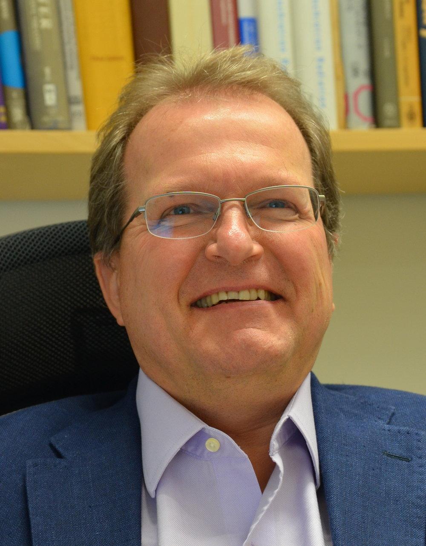 1. Anders Nilsson, professor, Fysikum - Anders Nilsson forskar på olika röntgenanläggningar för att förstå vattnets olika egenskaper. Forskningen bedrivs på anläggningar runt om i hela världen, bland annat i USA, Japan, Korea, Tyskland och Italien dit han reser för att både starta upp forskningsprojekt och forska. Totalt reste han 5,8 varv runt jorden under 2018 och även om han inte är förvånad över att ligga i högt i resor hade han inte väntat sig att resa mest.– Jag måste dels resa mellan experimenten. Sen är jag med och bygger upp anläggningarna på plats, driver workshops, sitter i en kommitté i Hamburg som kräver att jag är med. Jag bjuds även in till att föreläsa, ofta i USA.Han beskriver sitt resande som tröttsamt och något som han, om möjligt, undviker.– Min målsättning är att skära ner på mitt flygande. Det är jobbigt att alltid resa runt och för bara någon vecka sen bokade jag av en resa för att orka med. Jag försöker ha så många möten jag kan digitalt, det blir mellan två, tre i veckan men många av resorna som jag gör går helt enkelt inte att undvika och för att till exempel hinna med mina doktorander måste jag ta flyget.Det var också, enligt Anders Nilsson, betydligt enklare och bekvämare att resa med tåg förut.– Man kunde kliva på tåget i Stockholm klockan fyra, satt i kupén ett tag innan det var dags för middag, Sen när man kom tillbaka var vagnen ombäddad till en sovvagn. Sen vaknade man i Hamburg dagen efter.Däremot tycker Anders Nilsson att debatten om flygskatt kommer att bli missriktad i Sverige, att man istället för en flygskatt bör beskatta det miljöskadliga bränslet man flyger med.– Min åsikt är att vi behöver starka politiska styrmedel för att lyckas utveckla effektivare flyg som går på andra drivmedel, till exempel vätgasdrivet flyg. Slutar vi resa kommer världen att stanna samtidigt som att nationalistiska krafter börja kan växa fram.