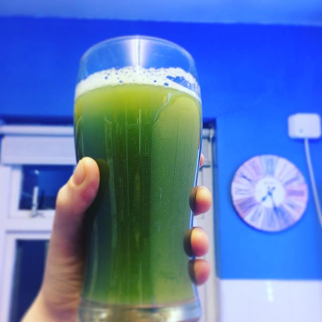 CELERY JUICE POWER💚 400ml of organic celery juice every morning on a empty stomach. Celery has such amazing properties.. it touches every organ and tissue in our body! Great to incorporate in your daily morning routine 😀 🌱kills bacteria and viruses 🌱rebalances HCL 🌱detoxifies the liver 🌱balances blood pressure 🌱softens gallstones 🌱anti-inflammatory 🌱and a lot more.. you can only discover by drinking it! #celery #celeryjuice #organic #morning #routine #london #nutrition #nourish #healthyfood #healthylifestyle #healthybreakfast #green #happygut #antiinflammatory #happy #insta #instagood #instafood #foodphotography #foodie #selflove #pickoftheday #raw #vegan #good #nutritionist #nutrizionista #benessere #amore #dieta
