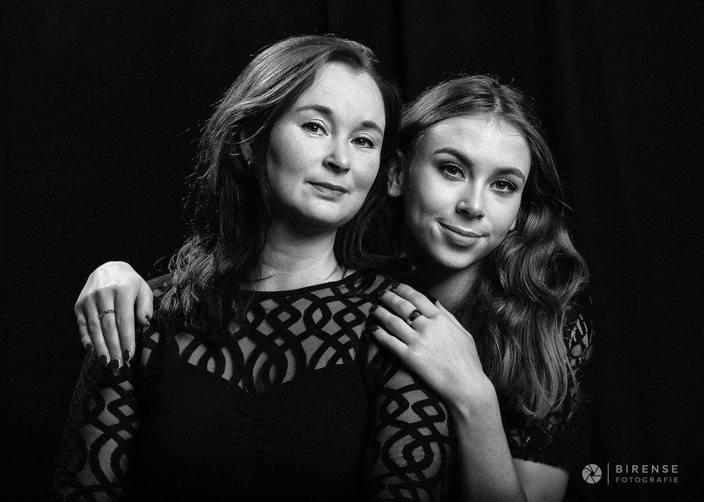 Portretfotografie familieportret moeder en dochter fotostudio Maarssen by Birense Fotografie.jpg