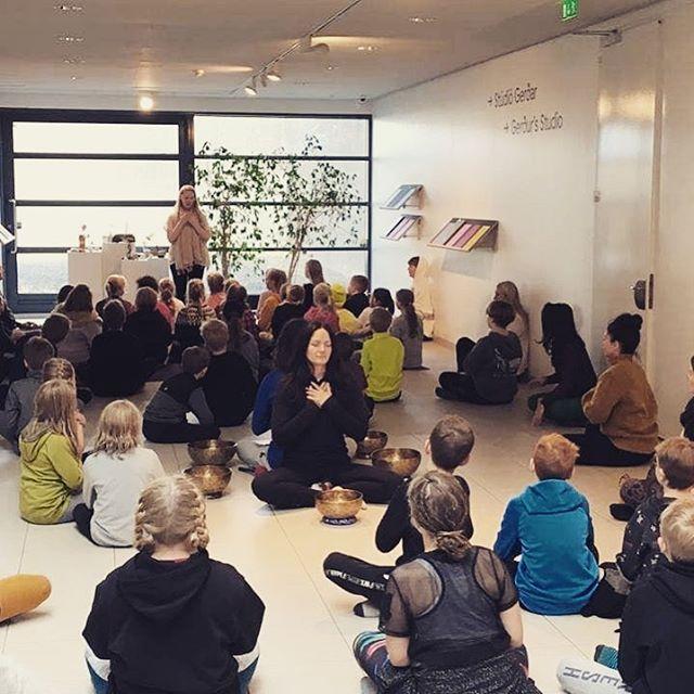 Við fengum nemendur úr Kársnesskóla og Kópavogsskóla til okkar í Gerðarsafn í dag. 5000 + börn hugleiddu í öllum landshornum! Hjartans þakkir fyrir daginn 💛✨🙏 #iceland #meditate #meditationdaforyouth2018 #hugleidsludagurungafolksins2018 #youth #peace