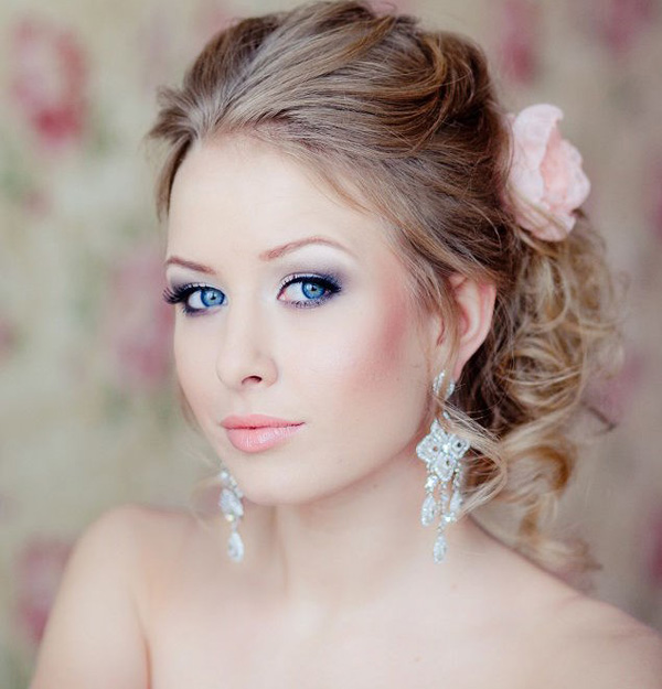 beautiful-bridal-makeup-with-red-cheeked-and-Smokey-eyes.jpg