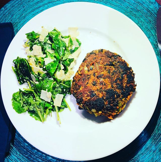 Meatless Monday featuring this black bean burger and good friends. Recipe link in bio . . . . . #meatlessmonday #meatlessmeals #vegitarian #vegetarianrecipes #blackbeans #blackbeanburger #fitfam #fitfood #fitfoodie