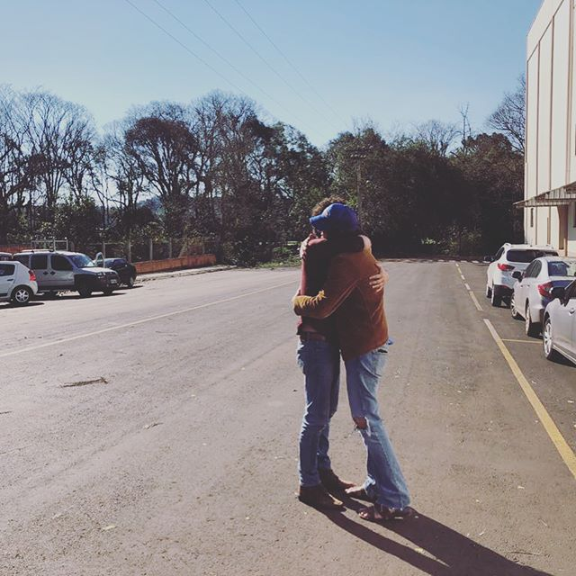 Abraço do irmão mais velho depois de dois anos sem se ver.❤️ Older brother's hug after two years apart ❤️ #siblings #lulalivrejá #irmãos #democracy Photo by the brother we choose, the coolest human being  @panarotto