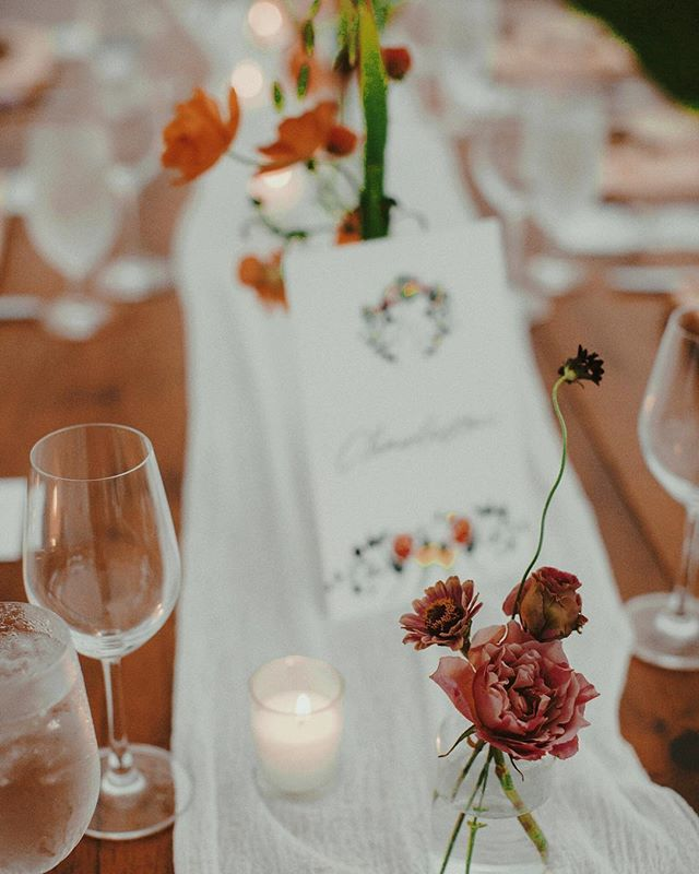 lil boops all along the tables (Spot the Japanese spray roses 🤤) for N + J in upstate NY last summer!  Looooooved this wedding with all my heart and am literally drooling over photos HOT DAMN #myladygarden 🌺 @myladygarden 📸 LES LOUPS